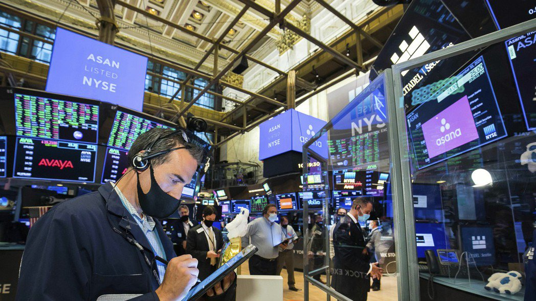 美股三大指數26日早盤全面下跌,道瓊指數跌逾300點。 美聯社