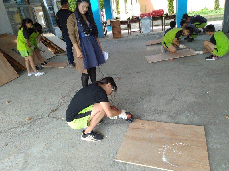彰化縣草湖國中成立營造技術班,學生學習拔除釘子和油漆。圖/草湖國中提供