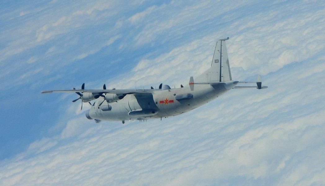 空軍今日首度紀錄到共軍唯一一款具備電子偵蒐性能運8技術偵察機,攝回近照公布。圖/...