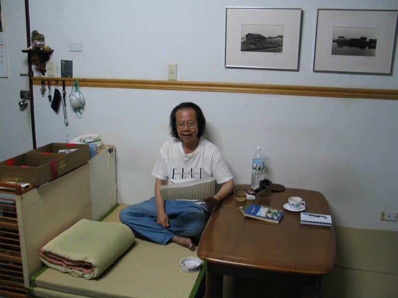 七等生坐於家中,牆上的兩幅黑白攝影是他自己的作品,也是他理想中的桃花源。記者陳宛茜/攝影
