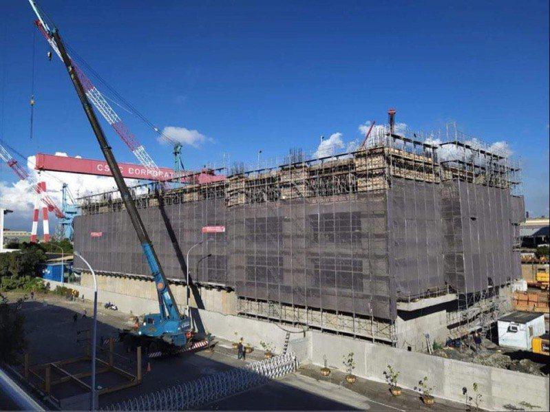 海軍今天證實,位於高雄台船廠區的潛艦國造專用廠房,可望於11月初完工,圖為興建中的廠房辦公大樓。圖/讀者提供
