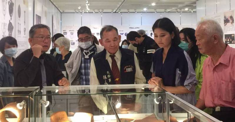 林永村(右三)將一生蒐集的笨港文物全捐出,昨見證收藏品在雲林北港文化中心展出。記者蔡維斌/攝影