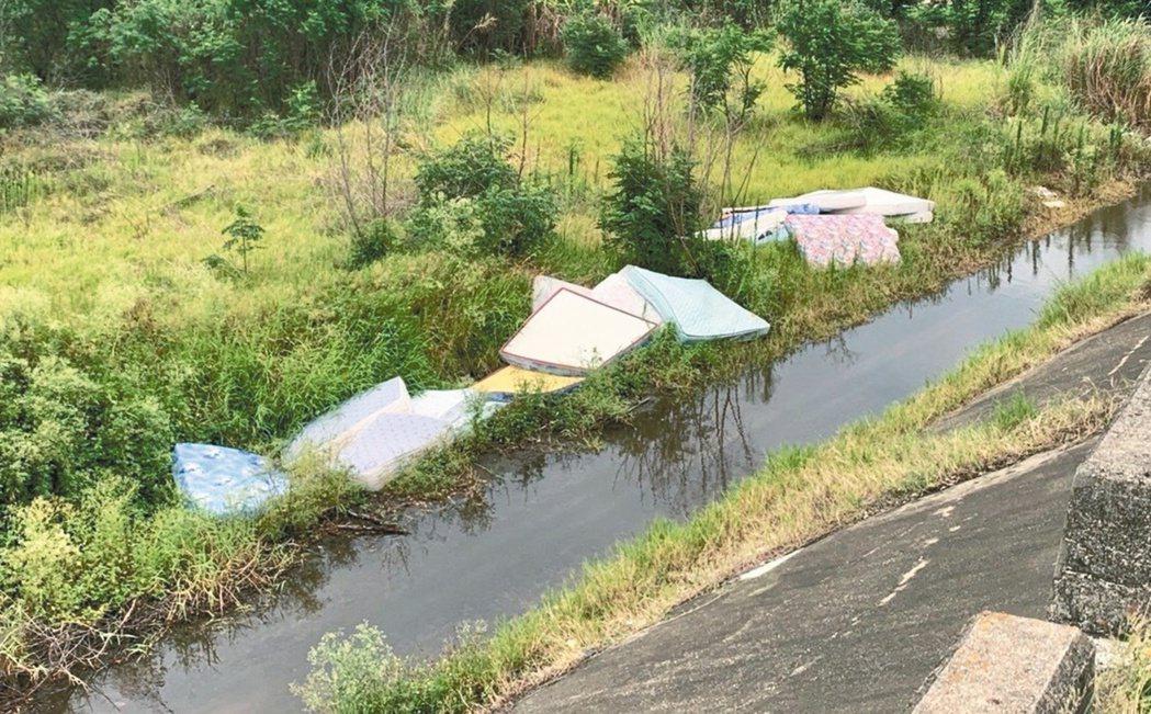 廢棄的彈簧床遭丟棄在烏溪堤防內,不肖業者為了省錢,把河川當成垃圾場。圖/第三河川...