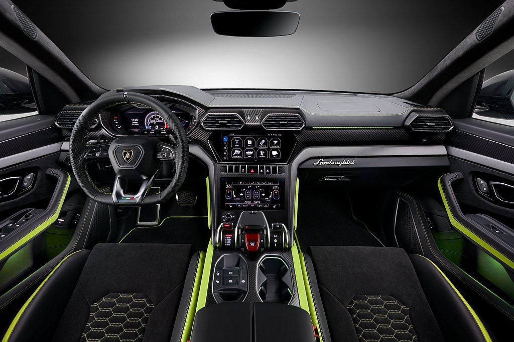 內裝設計呼應車身外觀的雙色對比,首見於Graphite Capsule獨有的雙色...