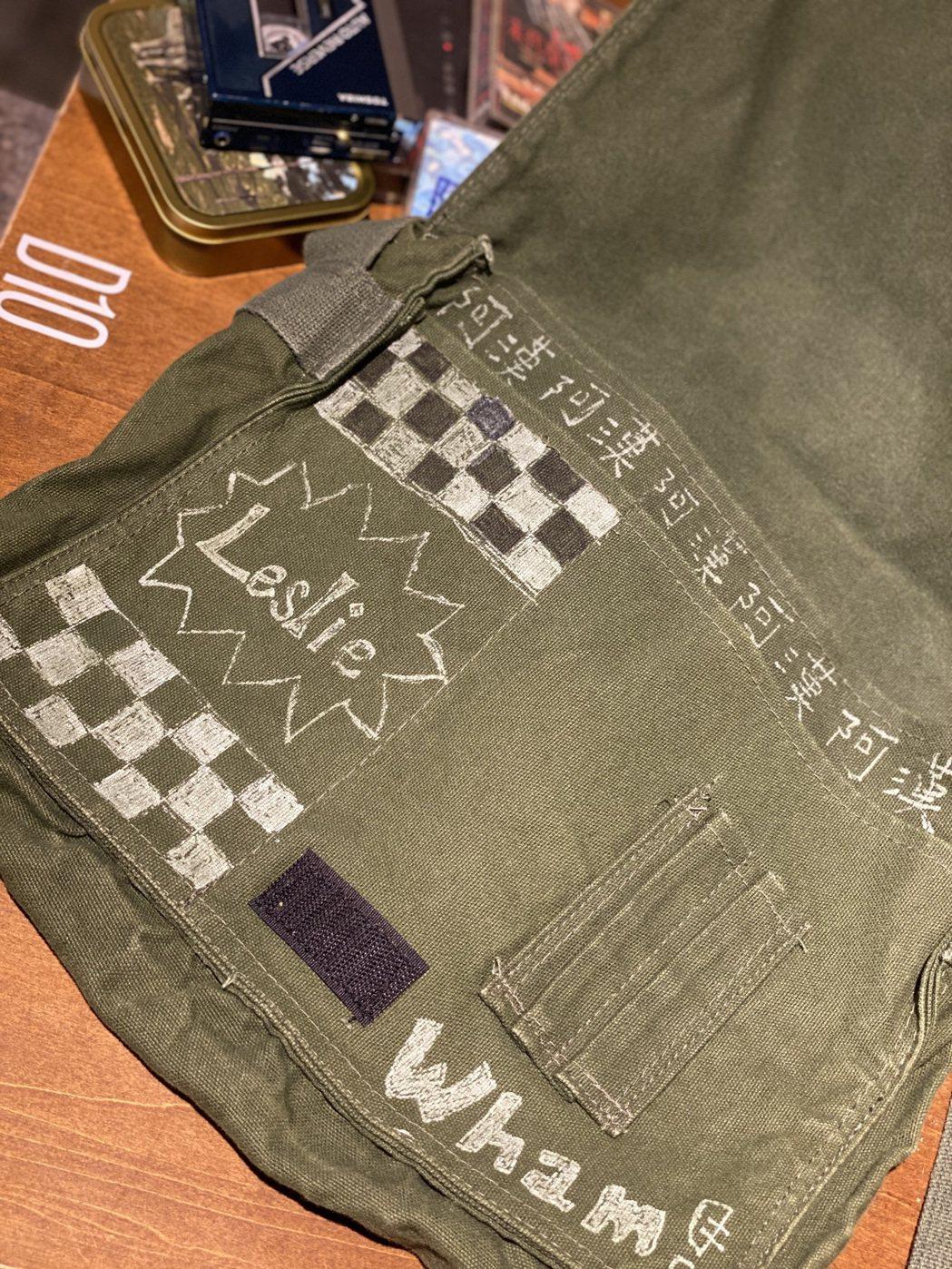 書包內裡也有演員自己的塗鴉。 圖/吳曉涵攝影