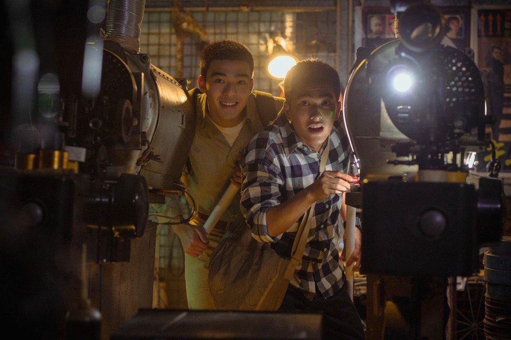 原本不在劇本裡的電影放映室,是用廢棄電影院的雜亂地下室空間set出來的。 圖/氧...