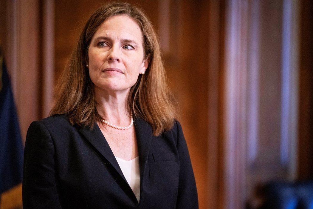 參議院迅速過關後,巴雷特也隨即在川普總統夫婦與最高法院首席大法官羅伯茲見證下,在...