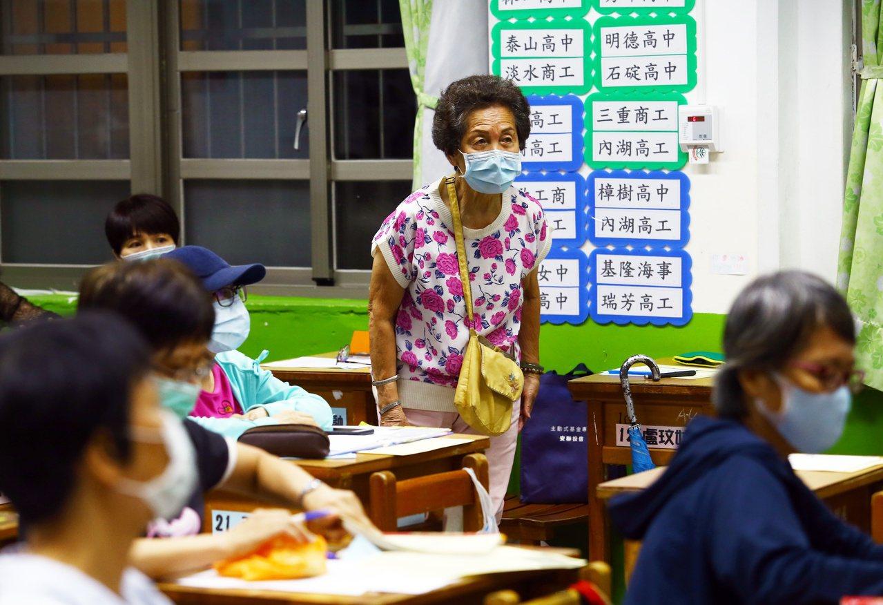 阿嬤級社大學生上英文課,專心聽講發問。 圖/杜建重 攝影