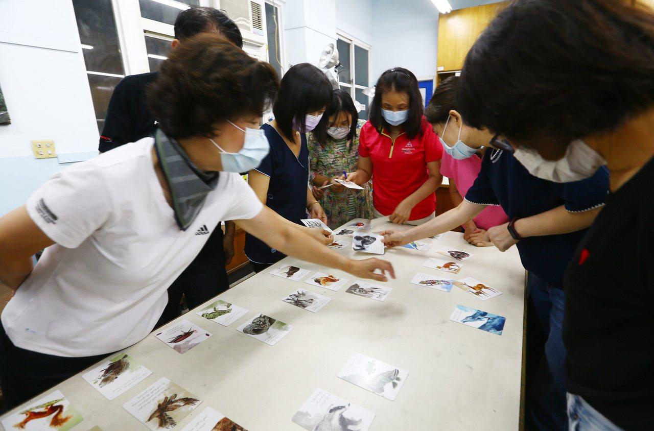 參加斜槓樂齡班的社大生利用國中美術教室上課,和老師互動學習發想。 圖/杜建重 攝...