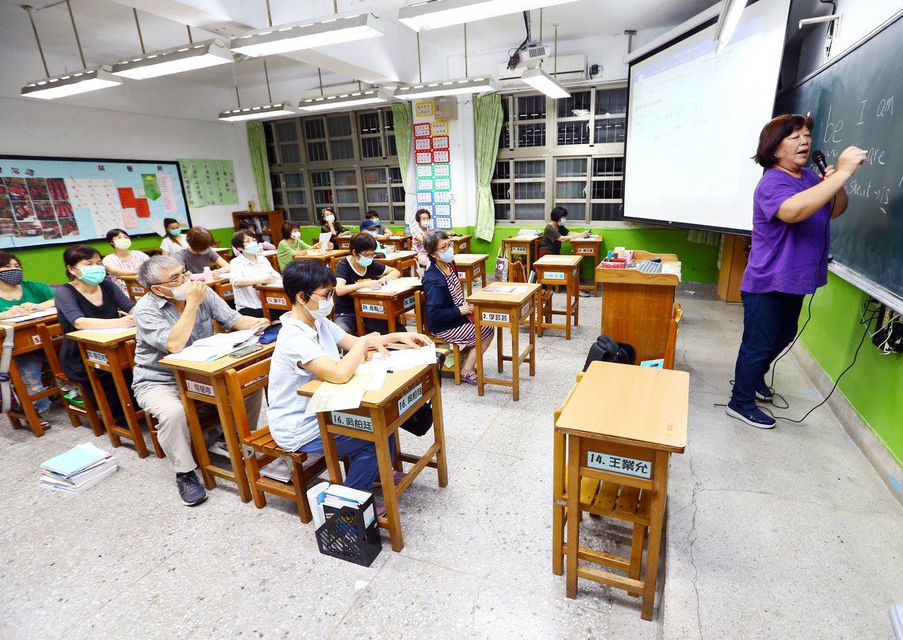 參加斜槓樂齡班的社大生相當踴躍,上課教室滿座。 圖/杜建重 攝影