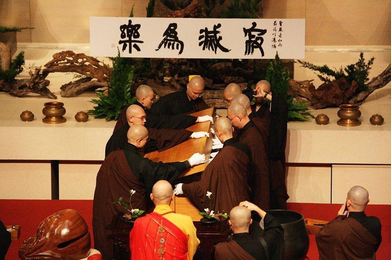 聖嚴法師入殮,攝於2009年。 圖/法鼓山