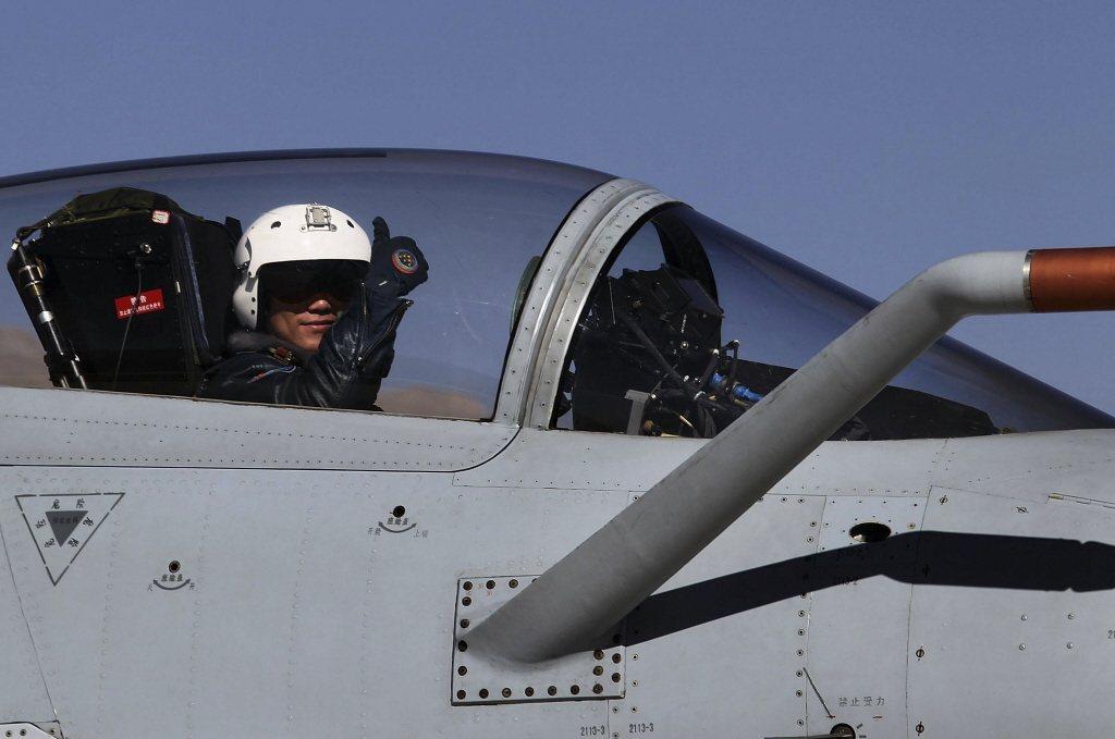 殲-10也採用了淚滴型座艙罩,讓飛行員擁有更佳的周邊視野。 圖/美聯社