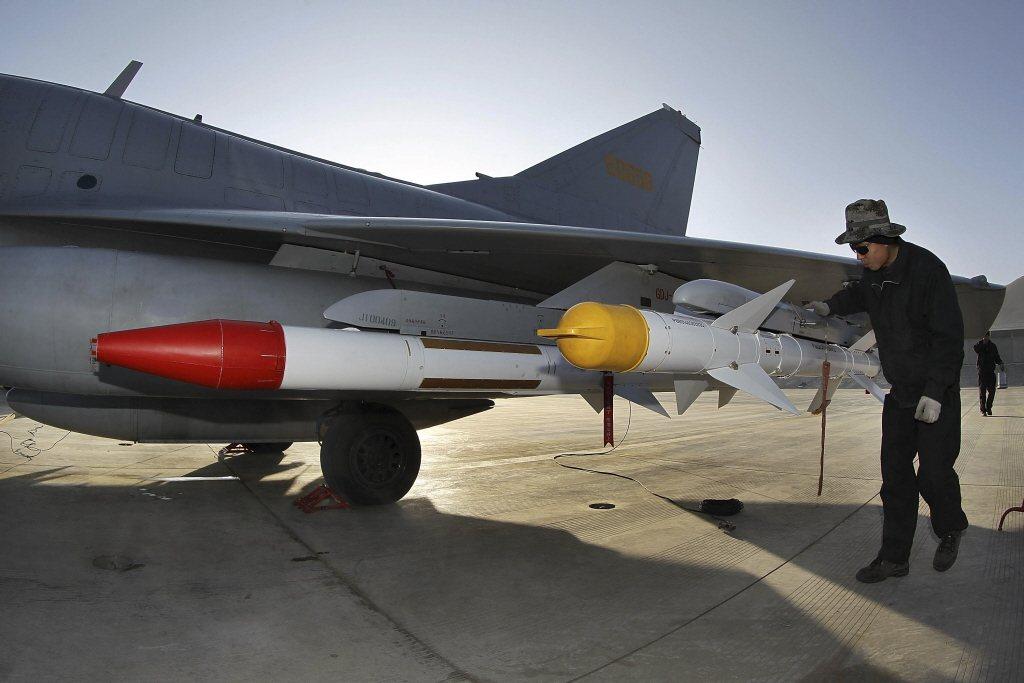 殲-10總共有11個機外掛載硬點,其中主翼下方共有6個,另外5個則是位於機腹下方。 圖/美聯社
