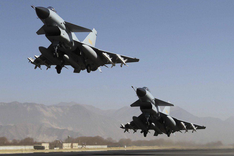 印太地區的主要變數就是中共政權,圖為中共空軍航空兵全面更新的殲-10、殲-11。 圖/美聯社