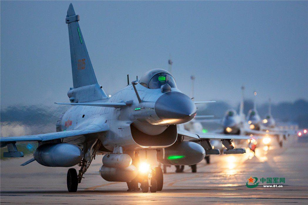 共軍殲-10戰鬥機正式公開後,中共空軍航空兵戰力走進全新的里程碑。 圖/中國軍網