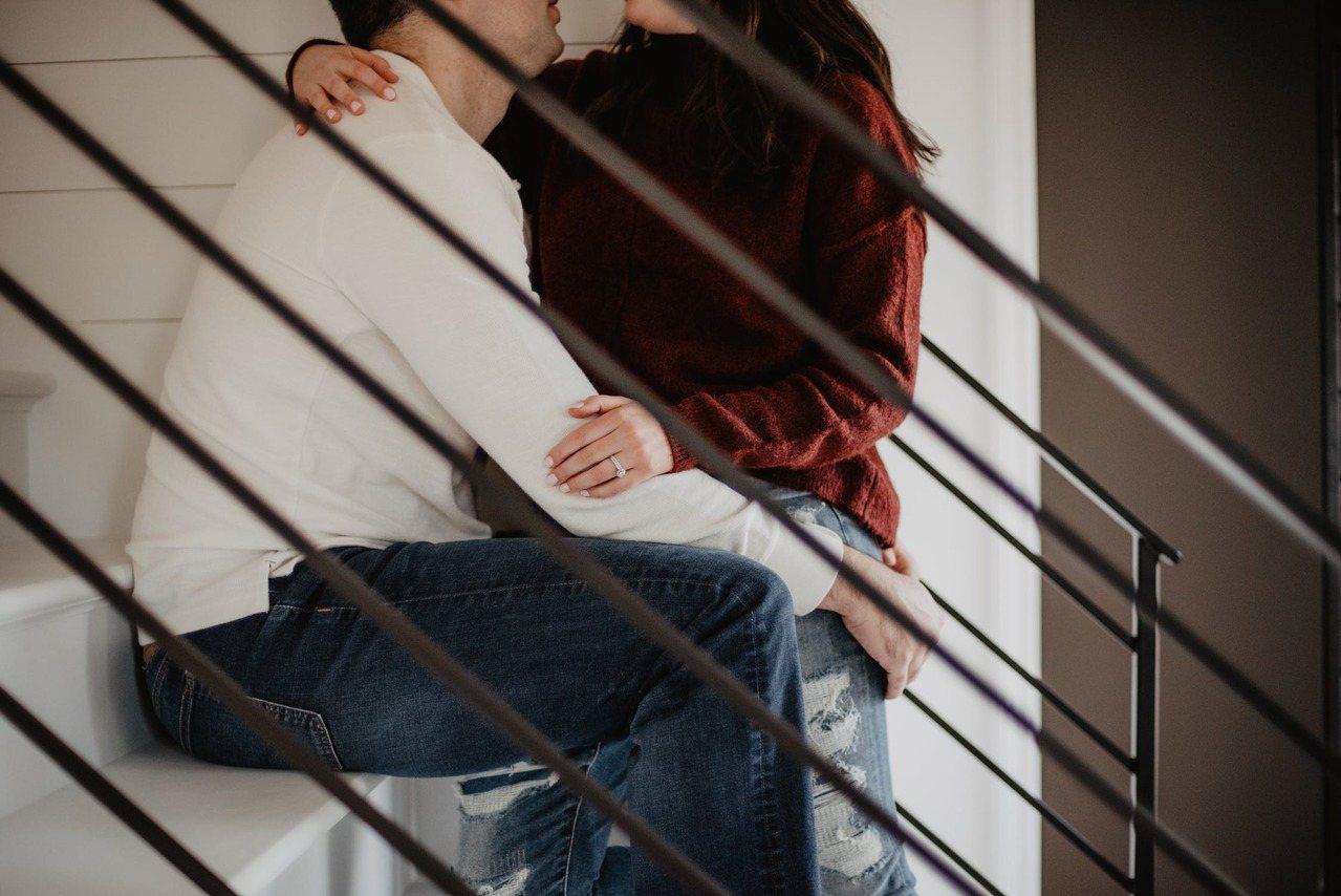 性的溝通是夫妻間不可缺少的親密對話,考驗著彼此之間的「安全感」和「開放性」,也考...