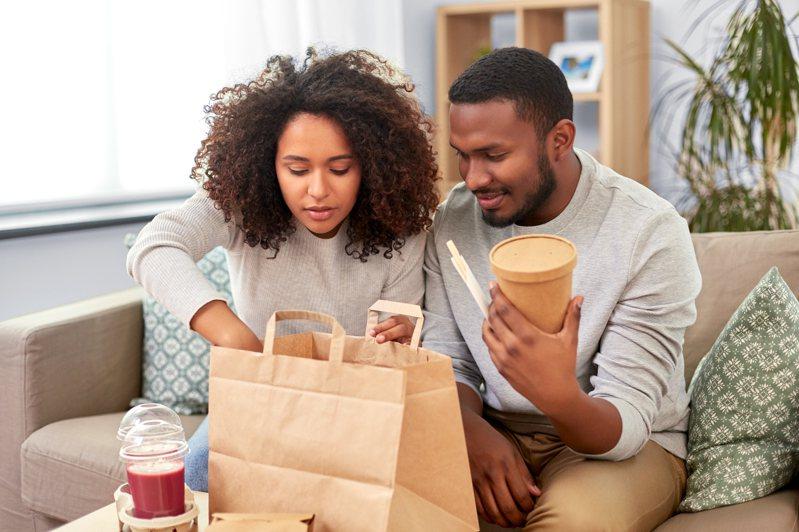 一名網友透過外送平台選用「自取外帶」服務,卻驚見與店內點單的份量差異相當大,根本是「用大份價格買了小份餐點」,讓他直呼根本是詐欺。圖為示意圖。圖/ingimage