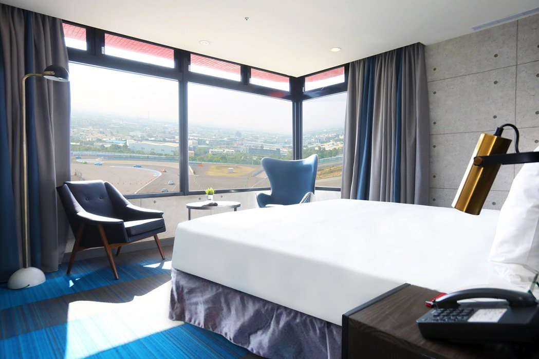 T12套房,在客房內就能直接盡覽G2賽道活動實況。 圖/麗寶賽車主題旅店提供