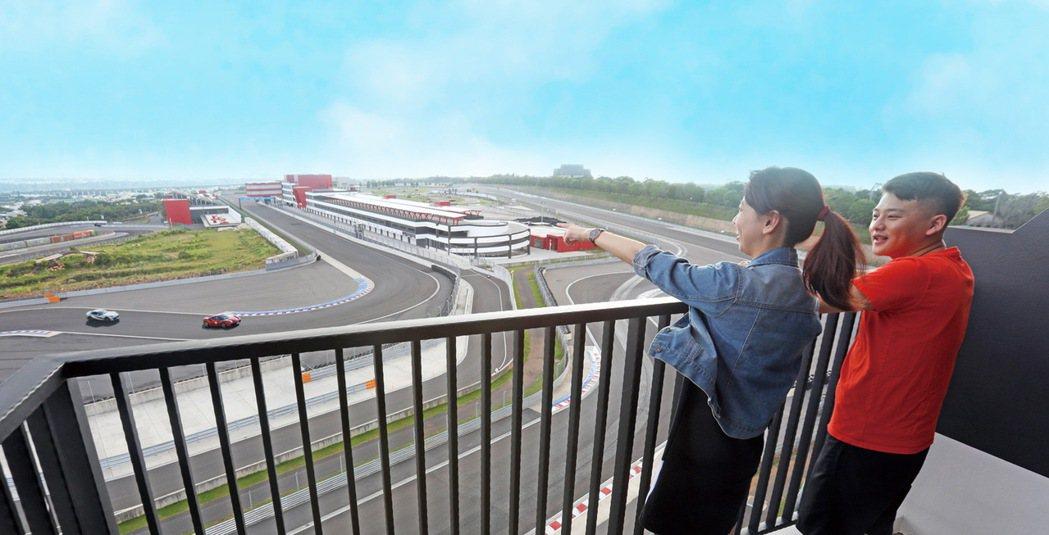 超過半數客房擁有景觀陽台,飽覽賽道壯景。 圖/麗寶賽車主題旅店提供