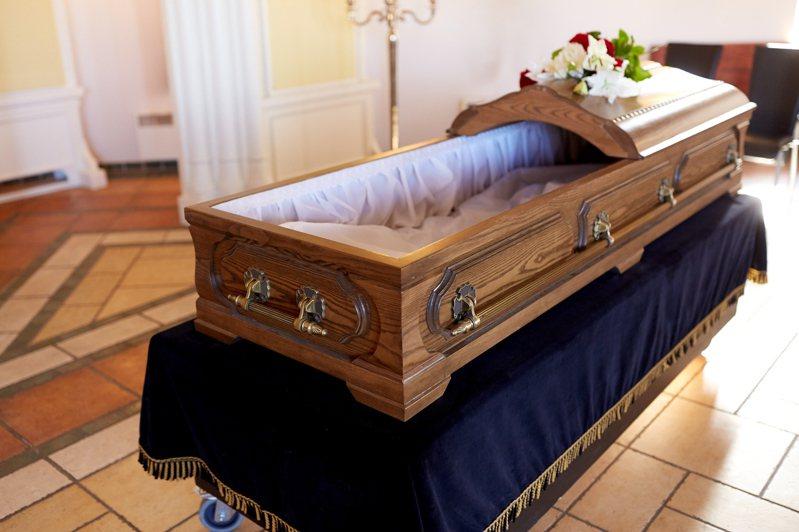 南非一名男子過世後遺體送往太平間放四天,上周六家屬在葬禮時開棺竟發現他臉上爬滿蛆。示意圖/ingimage