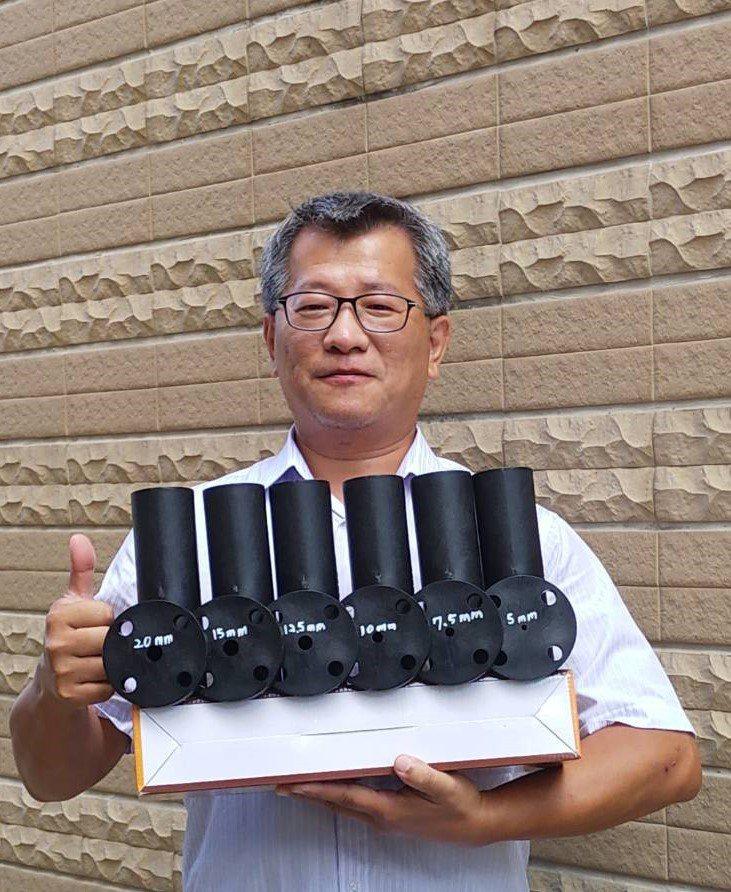 萬能科大校友鍾良信,自行研發的環保設備專利商品-水流攪拌曝氣筒。 萬能科大/提供...
