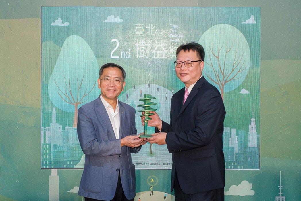 中國人壽開發台北學苑地上權基地時,多項保護原有環境、創造友善共存的作為,獲得第二...
