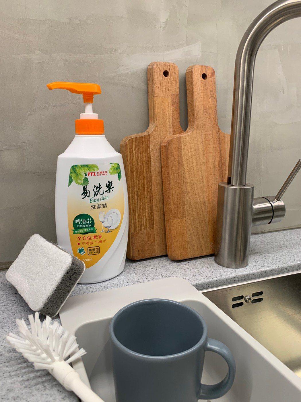 易洗樂洗潔精內容物使用後排水,容易被環境中自然微生物分解,不造成環境污染。台酒生...