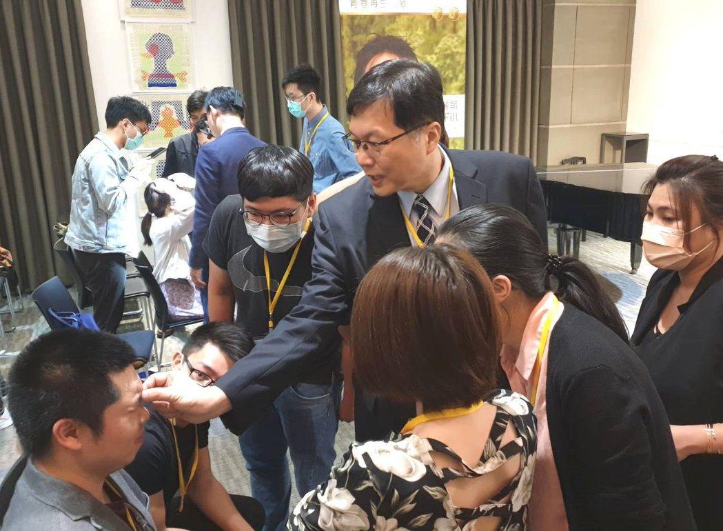 王正坤醫師先拿筆在臉上,畫出注射肉毒桿菌素的危險區域,然後畫出肌肉的解剖位置與注...