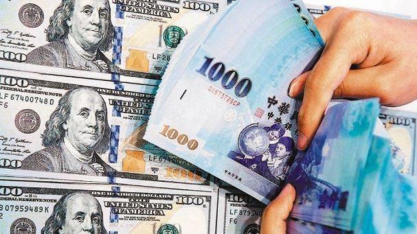 新台幣匯率今(27)日連二升,盤中最高升抵28.58元、最多升值3.22角,「彭淮南防線」28.5元近在咫尺。 本報資料照片