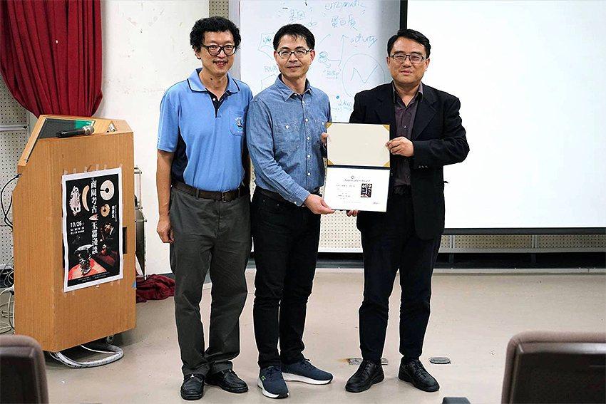 東華大學通識教育中心主任陳復(右起)頒贈感謝狀給蔡慶良,並與東華大學電機工程學系...