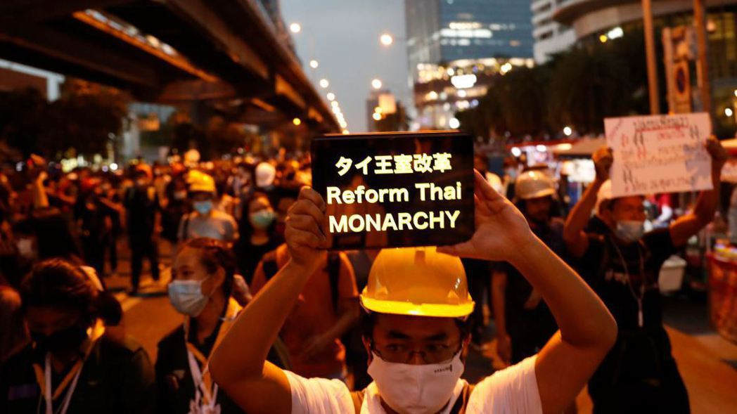 泰國反政府示威越演越烈,抗議民眾26日遊行到德國駐曼谷大使館,請求梅克爾政府調查...
