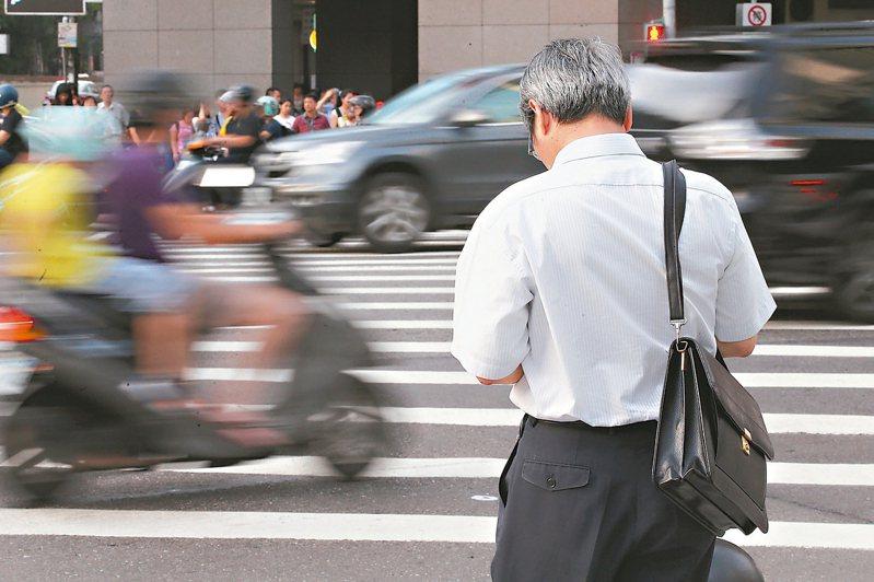 根據勞動基準法第56條第2項規定,雇主應於每年年底估算次一年度符合退休條件勞工所需退休金,並於次年3月底前補足勞工退休準備金專戶差額。 本報資料照片