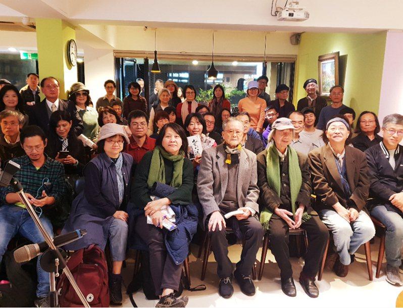 七等生最後一次公開露面,是今年一月在台北「飛頁書房」熄燈之夜,左五為七等生,左四為黃春明、聯合報系記者陳宛茜/攝影