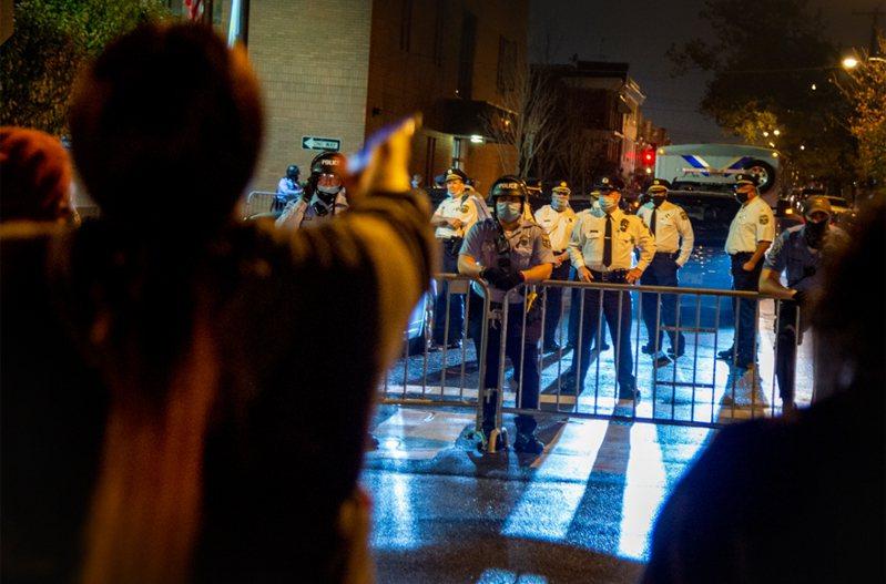 美國賓州費城警方射殺一名據稱手持刀子的非裔男子。費城西區爆發街頭示威,導致4名警員受傷。 美聯社