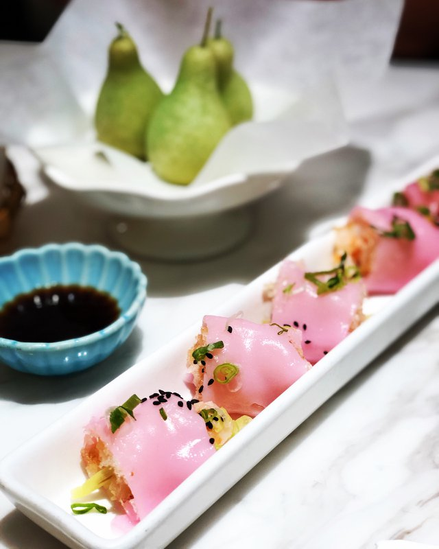 網皮鮮蝦腸粉 138元,用甜菜根的天然顏色製作腸粉,好有日本櫻花的感覺,包著脆脆的油條和鮮蝦,很有層次感的一道點心!