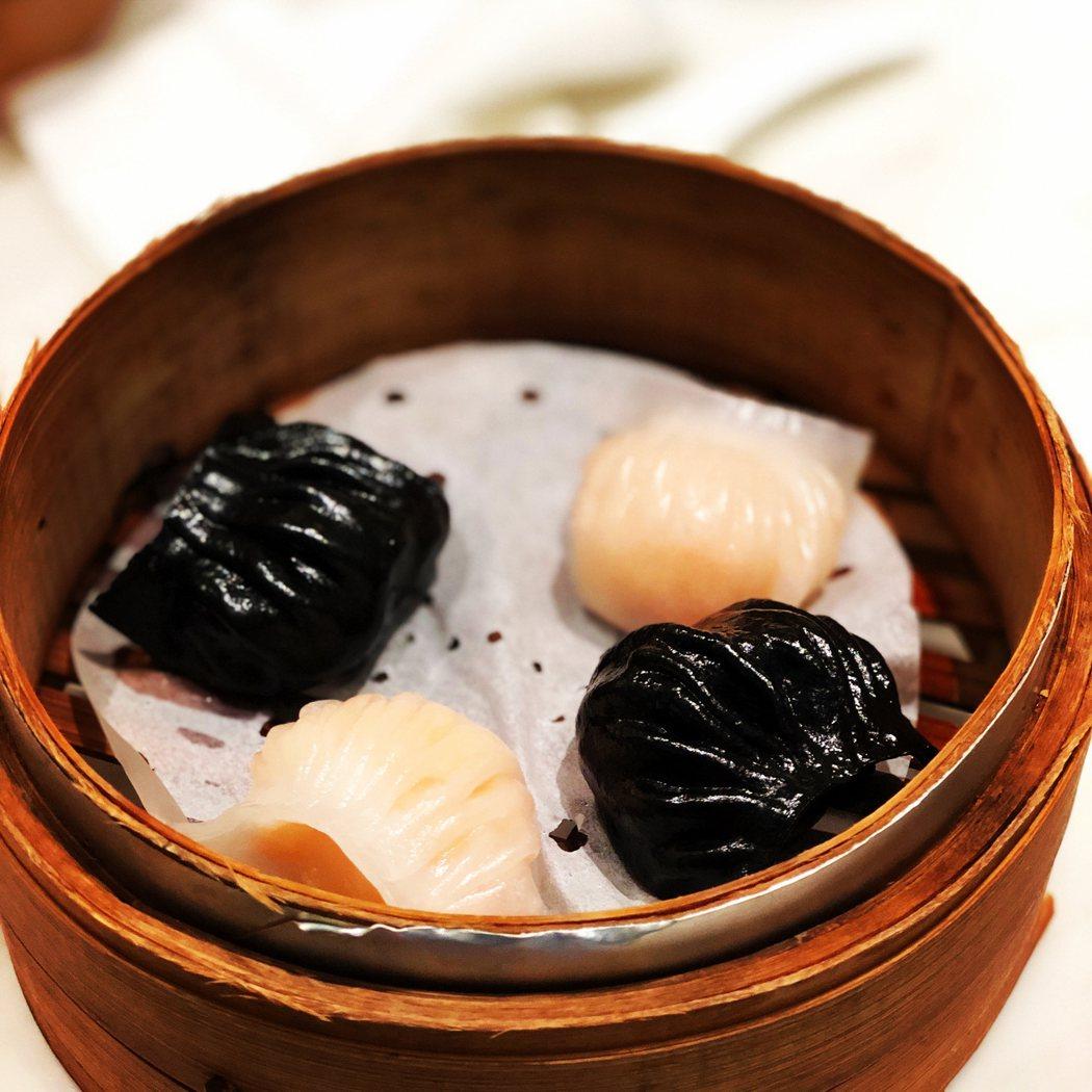 鴛鴦蝦餃皇 168元/4件,白色是原味的,黑色是松露口味的!