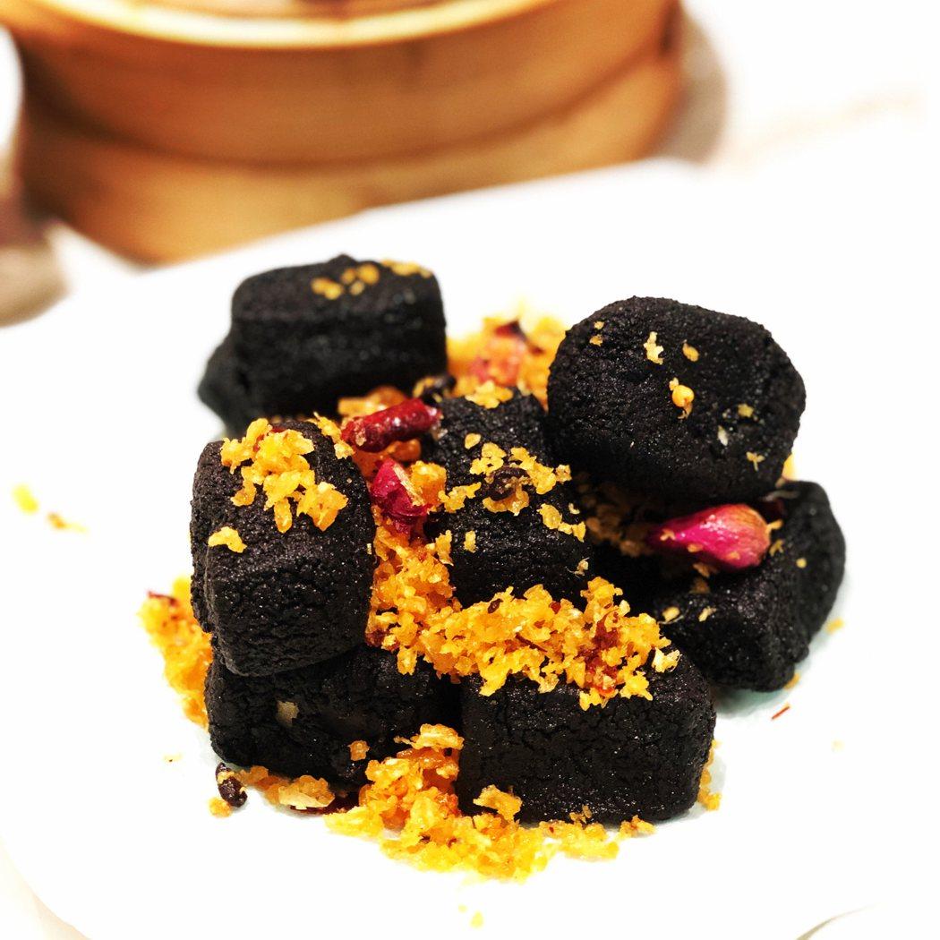 黑磚脆豆腐 188元,外面裹上竹碳粉炸的黑磚脆豆腐,外酥裡嫩!