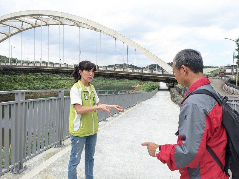 在新北市議員周雅玲的爭取下,汐止區新江北橋自行車引道完成。 圖/觀天下有線電視提供