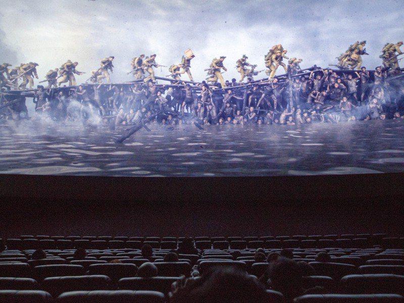 講述「抗美援朝」的主旋律電影《金剛川》,23日起在中國大陸多地公映。圖為山西省太原市,觀眾在影院觀看電影。中新社