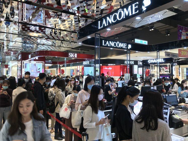 新光三越台北信義新天地周年慶首四日四店業績開出10%以上成長。記者江佩君/攝影