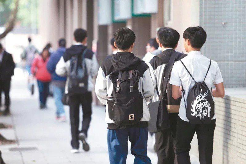 108課綱高中數學提早在高二分流,教師指出,首屆明星高中高二生選修數學情形不均勻,學生怕選程度較易的數B學太少,影響升學機會,搶修難度較高的數A。圖/聯合報系資料照片