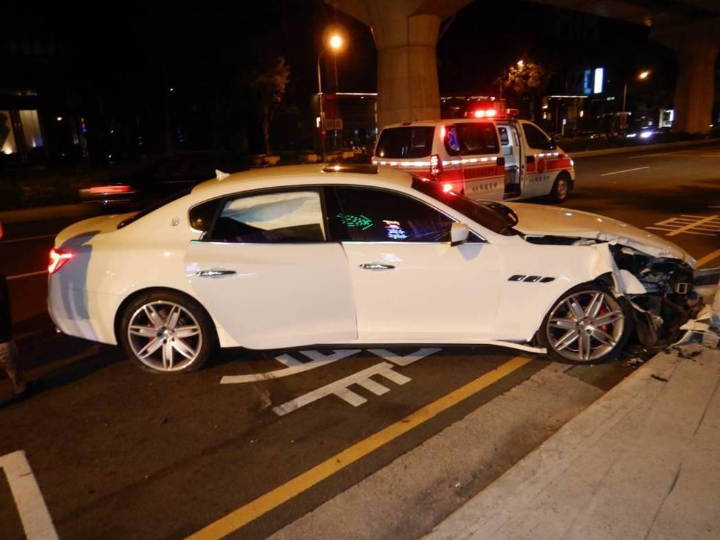 一輛新車要價超過700萬、俗稱「快樂波特」的瑪莎拉蒂,今天凌晨4時許行經西屯區文...