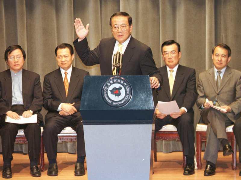 2000年10月27日,當時的行政院長張俊雄(中)率同相關內閣官員宣布,停建核四。圖/聯合報系資料照片