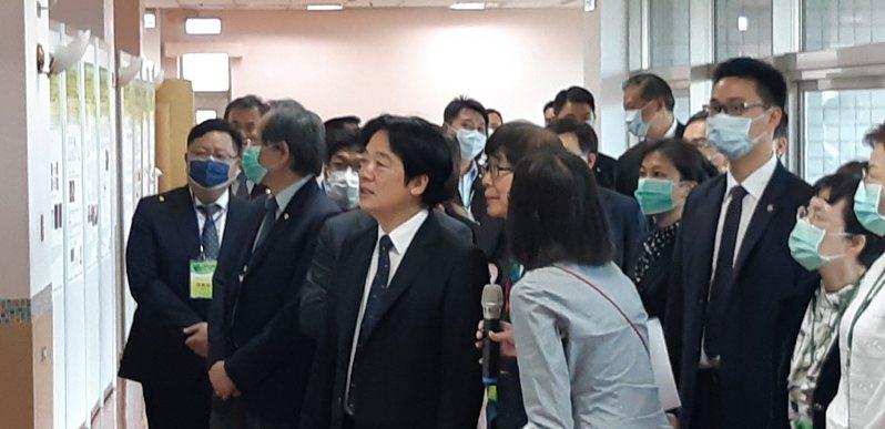 健保資料人工智慧應用研討會,副總統賴清德參觀現場實機展示。記者邱宜君/攝影