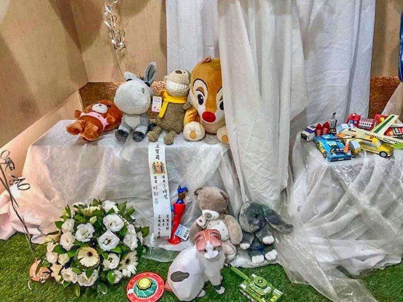 福林國際禮儀公司買了汽車玩具、動物玩偶放在靈堂內,讓小男童不孤單。圖/福林國際禮儀公司提供