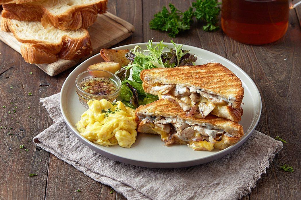 法式松露奶油雞熱壓起司丹麥早午餐。圖/奎克咖啡提供