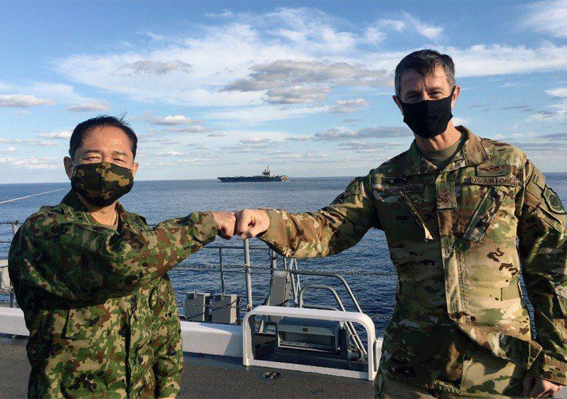 日本防衛省武官最高領導、統合幕僚長山崎幸二(左),與駐日美軍司令施奈德(右)。 路透