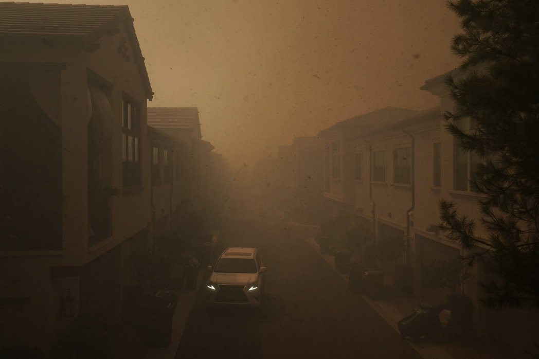 南加州爾灣市下令緊急撤離10萬人。美聯社