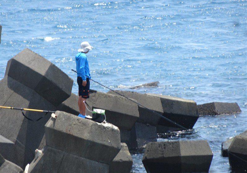 墾管處4年前開放10處釣點,但與釣友的期待有落差,不時可見釣友越區釣魚;墾管處檢討海域一般管制區垂釣要點,將面開放一般管制區垂釣,並研擬新增釣魚證及酌量收取規費配套措施。記者潘欣中/攝影