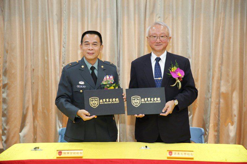 嘉大校長艾群(右起)與陸軍官校校長陳建義昨天簽署策略聯盟。圖/嘉大提供